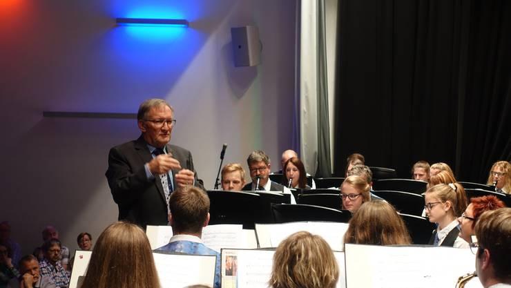 Nach 18 Jahren dirigierte Hans Burkhalter sein letztes Konzert mit der MG Konkordia Balsthal. Rechts daneben Solist Andy Schwab auf der Klarinette.