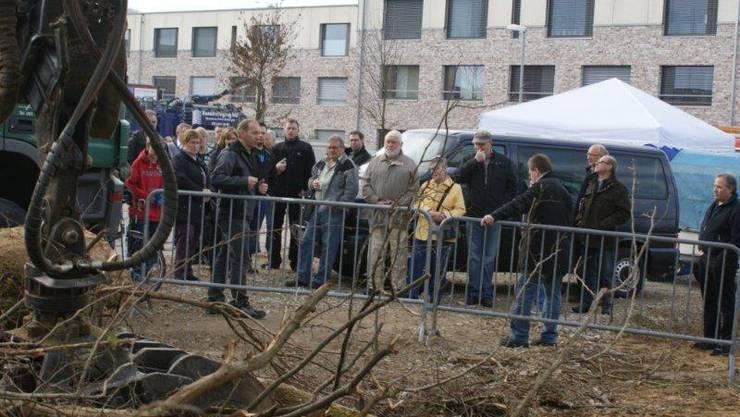 Besuchergruppen am Tag der offenen Türen interessieren sich für die Arbeitsweisen rund um die neue Heizzentrale