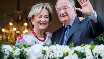 Ex-Königin Paola von Belgien - hier mit ihrem Gatten Albert II 2013 am Tag von dessen Abdankung - hat sich einen Oberschenkelhalsbruch zugezogen und liegt im Spital. (Archivbild)