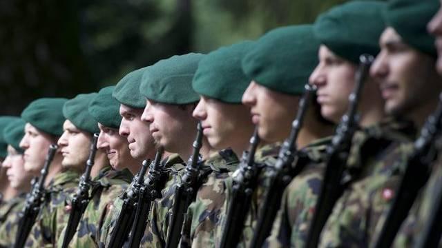 Schweizer Soldaten in Reih und Glied (Archiv)