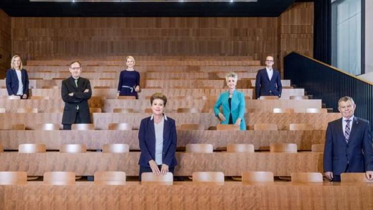 Das Coronavirus führte hier Regie: Die Regierungsmitglieder halten auf ihrem neuen Gruppenfoto Distanz.