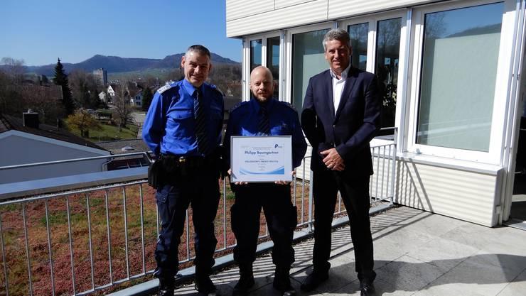 Inpflichtnahme von Philipp Baumgartner: Polizeichef Oblt Werner Bertschi, Kpl Philipp Baumgartner und Gemeindeammann Daniel Suter (v.l.).