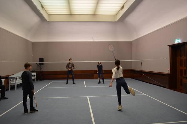 Ein Raum wurde in eine Federballhalle umfunktioniert - die Sportart des Impressionismus.