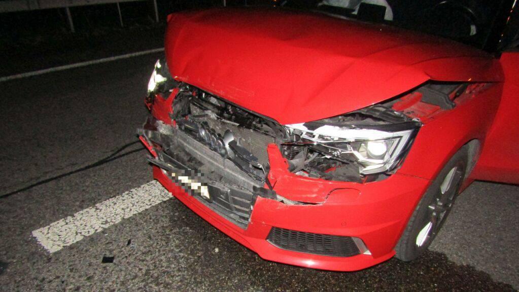 Die eingedrückte Frontpartie eines der an den Auffahrunfällen beteiligten Fahrzeuge.