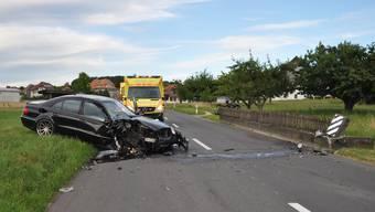 Das Auto wurde mit Totalschaden abtransportiert.