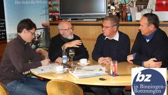 Hanspeter Weibel, Bruno Gehrig und Felix Wiesner (von rechts nach links) diskutieren mit bz-Redaktor Michael Nittnaus (ganz links) im Jägerstübli