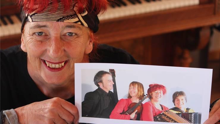 Barbara Schirmer präsentiert strahlend die Schürmüli Musig: Mike Zeller (Kontrabass), Anna Kohler (Geige, Gesang), Barbara Schirmer (Hackbrett) und Esther Kaufmann (Akkordeon). Peter Weingartner