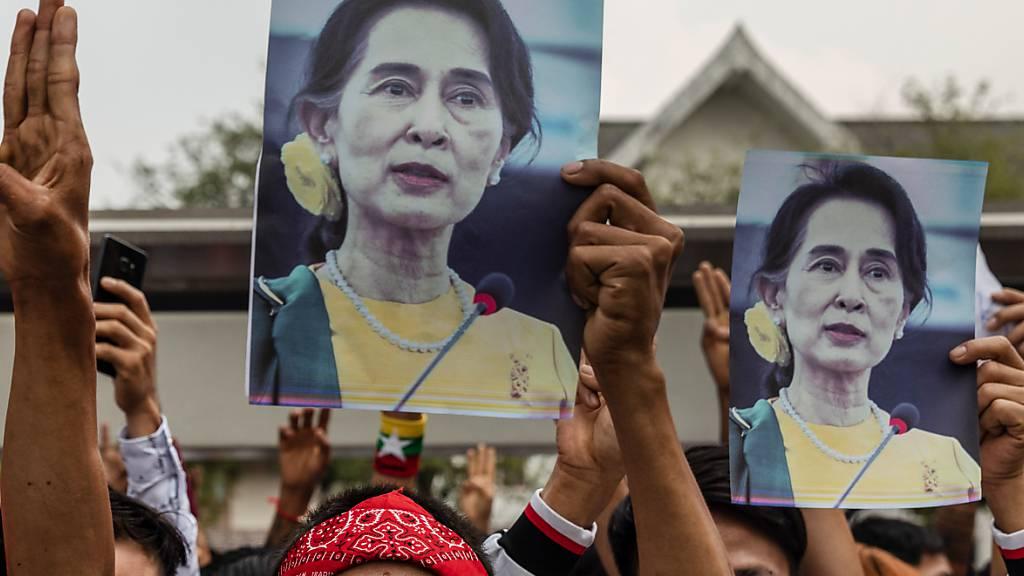 ARCHIV - Demonstranten in Myanmars Nachbarland Thailand gehen mit Bildern von Aung San Suu Kyi auf die Straße. Foto: Andre Malerba/ZUMA Wire/dpa
