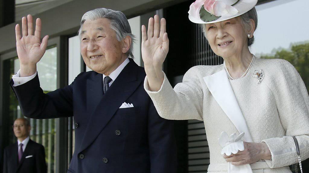 Kaiser Akihito, hier mit seiner Gattin Michiko, soll sich keineswegs mit einem Rücktritt beschäftigen, teilte der japanische Kaiserhof am Donnerstag mit. Am Vortag hatten japanische Medien entsprechende Gerüchte verbreitet. (Archivbild)
