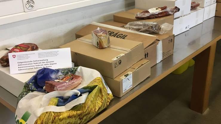 Diese Pakete mit 120 Kilogramm Fleisch und Fleischwaren schmuggelte ein Portugiese in seinem Auto über Kreuzlingen TG in die Schweiz.