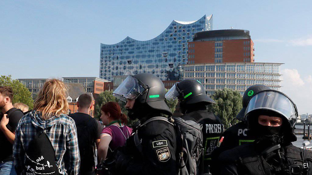 Die Polizei nahe der Elbphilharmonie (Gebäude im Hintergrund)