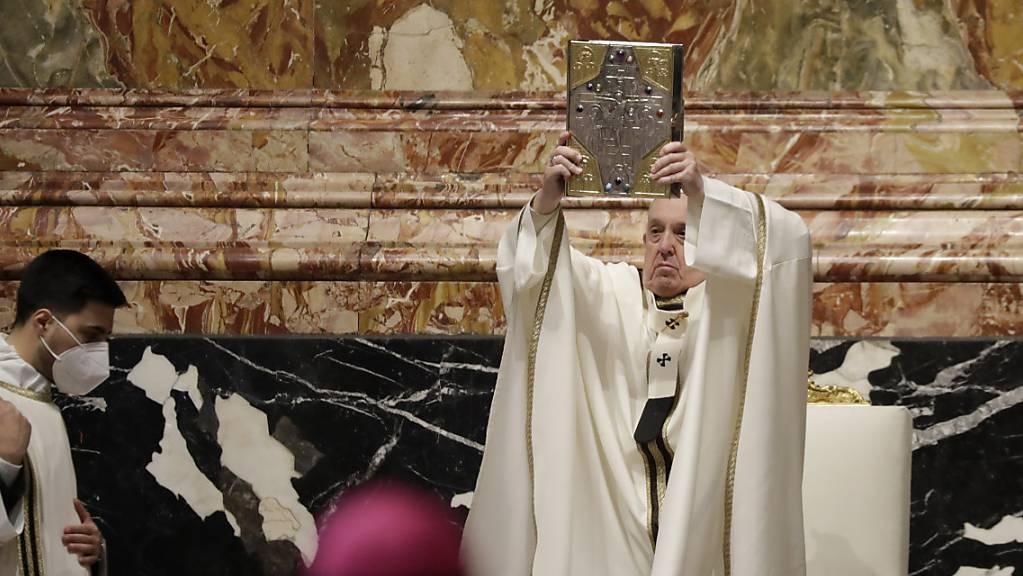 Papst Franziskus hält das Buch der Evangelien während einer Chrisammesse im Petersdom.