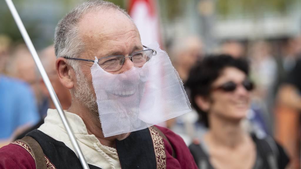Ein Demonstrant an einer Kundgebung gegen die Coronamassnahmen des Bundes.