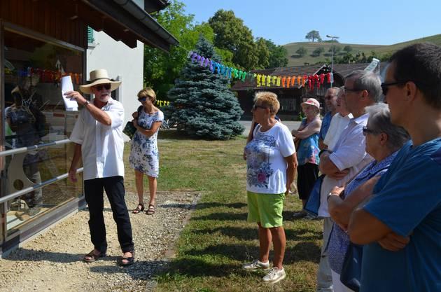 Fritz Keller führt zeigt den Gästen auf dem historischen Rundgang die alte Feuerwehrspritze.