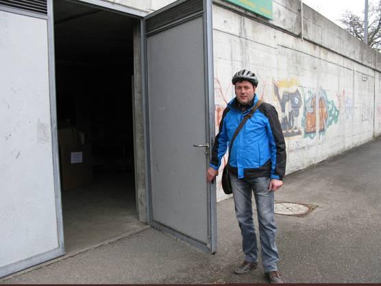 Gemeindepräsident Daniel Cartier vor der Zivilschutzanlage Täli, wo die Asylunterkunft entsteht.