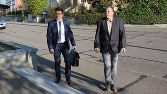 Der Beschuldigte A.W. trifft mit seinem Verteidiger Daniel Petazzi vor dem Bezirksgericht in Bülach ein.