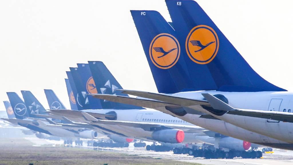 Die Coronakrise hat bei der Lufthansa auch im dritten Quartal zu einem milliardenschweren Verlust geführt. Von Juli bis September fiel ein bereinigter Betriebsverlust (Ebit) von 1,26 Milliarden Euro an. (Archivbild)