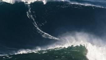 Vor der Küste Portugals: Profisurfer Garrett McNamara reitet auf einer Riesenwelle (Archiv)