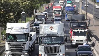 """Hunderte Lastwagen- und Autofahrer protestieren in Chile mit der Aktion """"Schneckentempo"""" gegen die geplante Autobahn-Maut."""