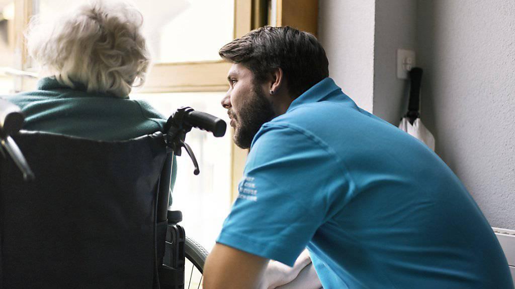 Zivildienstleistende erfüllen unter anderem wichtige Aufgaben im Gesundheitswesen. (Archivbild)
