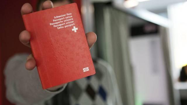 Ein Mann mit seinem Schweizer Pass (Symbolbild)