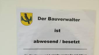 Ein Zettel an der Bürotür der Bauverwaltung weist darauf hin: Dulliken braucht einen neuen Bauverwalter.