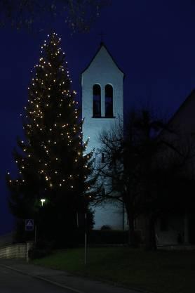Traditionelle Weihnachtsbeleuchtung bei der Kirche in Subingen: Weniger ist mehr.