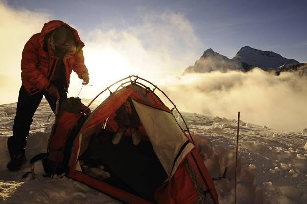 Steck bivakiert auf luftiger Höhe. Auf der Makalu-Expedition im September 2009 im Himalaya im Lager 2 auf 6500 Metern über Meer. Im Hintergrund Lhotse und Everest