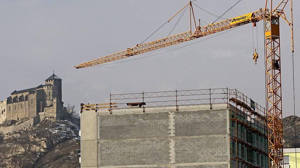 Bei der Bekämpfung der saisonalen Arbeitslosigkeit im Wallis steht vor allem die Baubranche im Visier von Bund und Kanton. (Symbolbild)