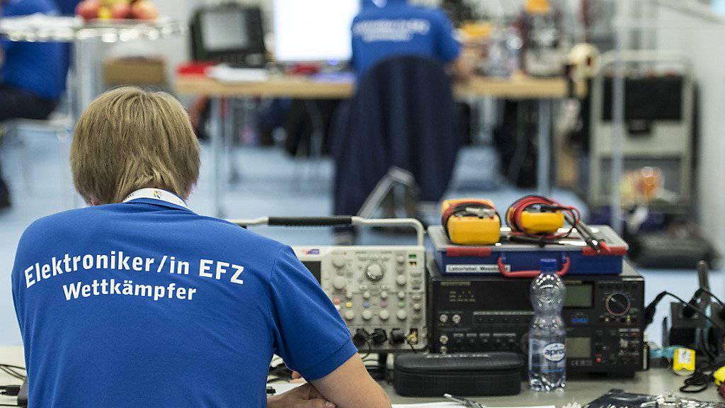 Ein Elektroniker studiert 2014 an den SwissSkills in Bern seinen Plan. (Archivbild)