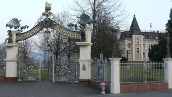 Das Schloss Bad Zurzach mit dem pompösen Eingang zum Park, der zurzeit geschlossen ist. (Archiv)