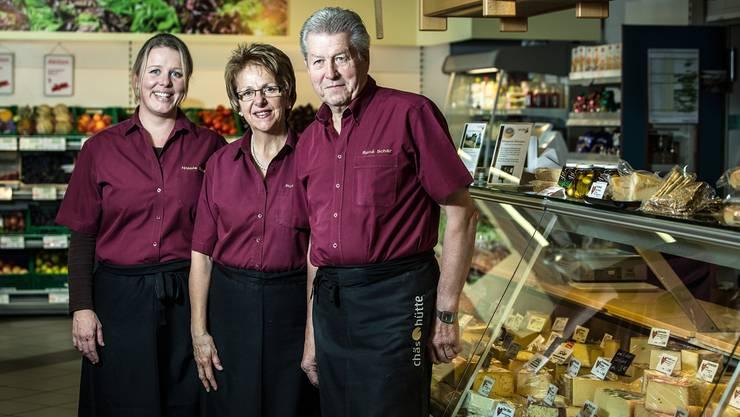 Chefin Nicole Schär – sie konnte als Kind Käse nicht ausstehen – und ihre Eltern Ruth und René bilden in der «Chäshütte» ein eingespieltes Team. Chris Iseli