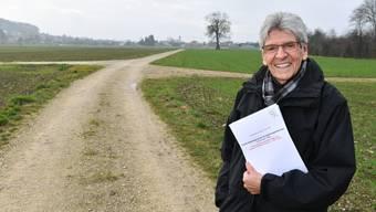 Max Zülli, Bauverwalter von Wangen, auf einem der neugeschaffenen Wege zwischen Kappel (hinten) und Rickenbach.