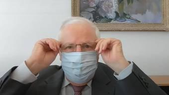 In der neusten Sendung auf Teleblocher zieht sich Christoph Blocher eine Schutzmaske an: «Ich habe sie in der Dorfdrogerie gekauft.»
