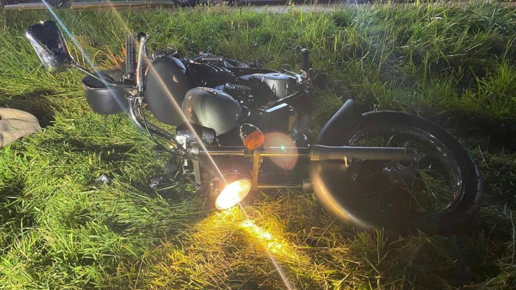 Der 18-jährige Lenker dieses Motorrads erlitt Verletzungen. Er wollte offenbar einem Reh ausweichen.