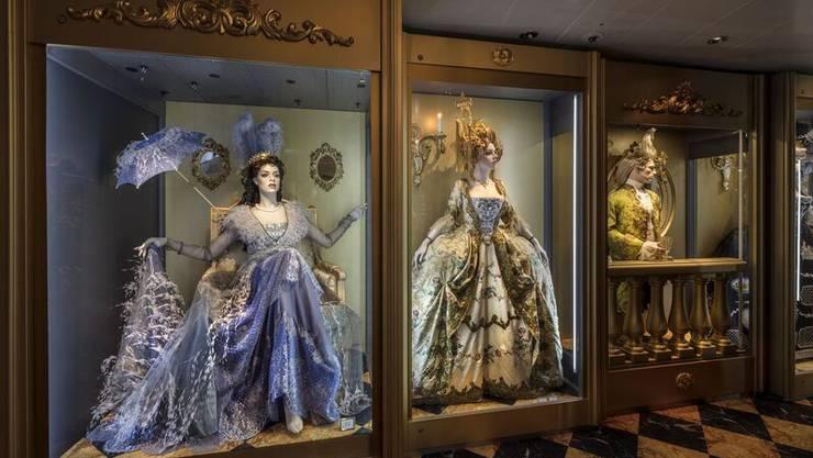 Die Ausstellung ist dicht und üppig. Und doch lebt sie vom Reichtum an Details an den Roben.