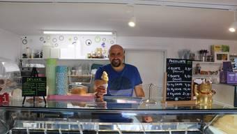 Federico Hochreuter, Inhaber vom «Che Lati» in Frick, produziert in Spitzenwochen bis zu 300 Kilogramm Glace.