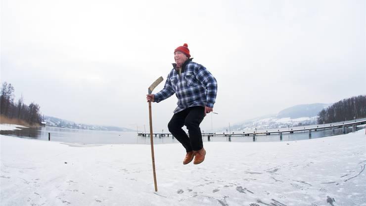 Ursus Merz, testet die Eisfläche beim Seenger Zopf.