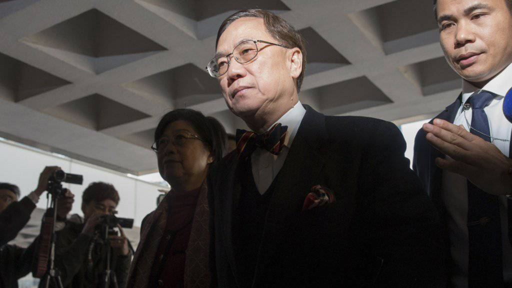 Der frühere Regierungschef Hongkongs, Donald Tsang, verlässt nach einem Verhandlungstag das Gericht. Schon am Montag war er aber in Gewahrsam genommen worden. (Archivbild)
