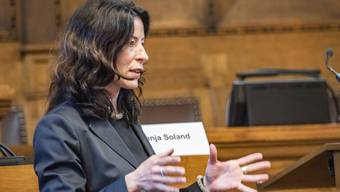 Tanja Soland erläutert den Rekordüberschuss im Grossratssaal.