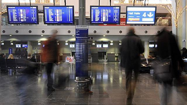 Die Passagiere warten immer noch auf ihren Flug.