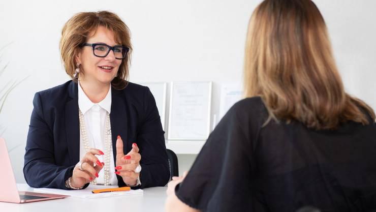 Auf den persönlichen Kontakt muss in der Coronakrise verzichtet werden: Ihre Coachings führt Helene Hartmann (links) nun per Skype oder Telefon durch.