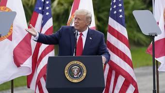 Donald Trump, Präsident von USA, spricht im Jupiter Inlet Leuchtturm und Museum. Foto: John Raoux/AP/dpa