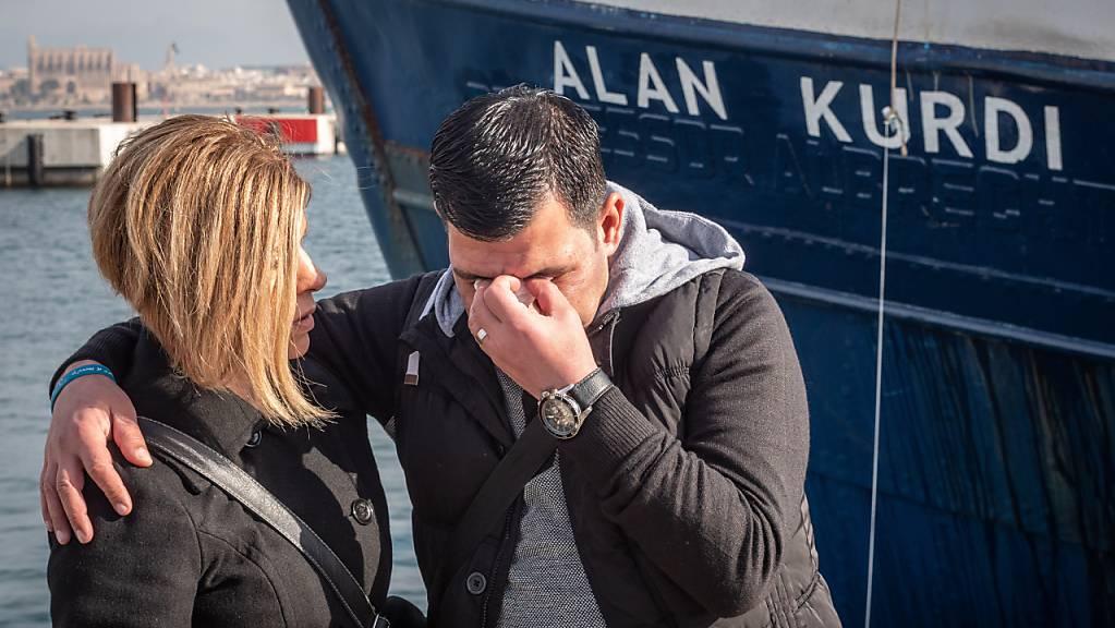 Der Vater (rechts) von Alan Kurdi steht bei der Taufe vor dem Rettungsschiff von Sea Eye auf den Namen seines Sohnes. Alan Kurdi war ein dreijähriger syrischer Junge kurdischer Abstammung, dessen Leiche 2015 an einen türkischen Strand angespült worden ist.