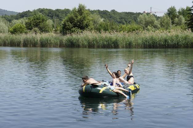 Wasserspass garantiert: Mit dem Gummiboot entlang der Limmat zu fahren verspricht Entspannung, Abkühlung, Vergnügen und auch ein wenig Nervenkitzel.