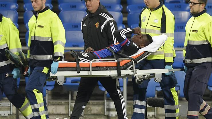 Der verletzte Basler Stürmer Breel Embolo wird abtransportiert