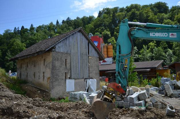 Noch gilt der Bagger nicht der Feldscheune - bald schon könnte die Feldscheune mitten im Hölsteiner Industriegebiet jedoch abgerissen werden