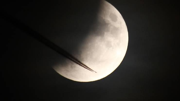 Mondfinsternis mit Flug in den Mond.