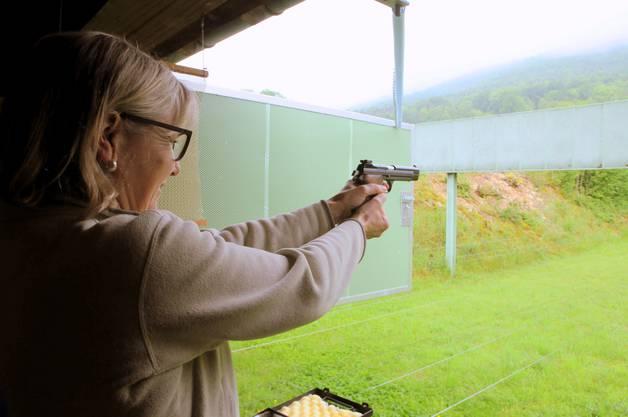 Brigit Wyss schiesst mit der Pistole
