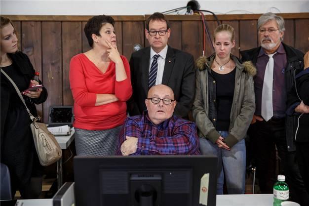Gebannter Blick auf die neusten Resultate: Cahannes mit Staatsschreiber Andreas Eng und seiner Nachfolgerin Andrea Affolter (im roten Pullover).
